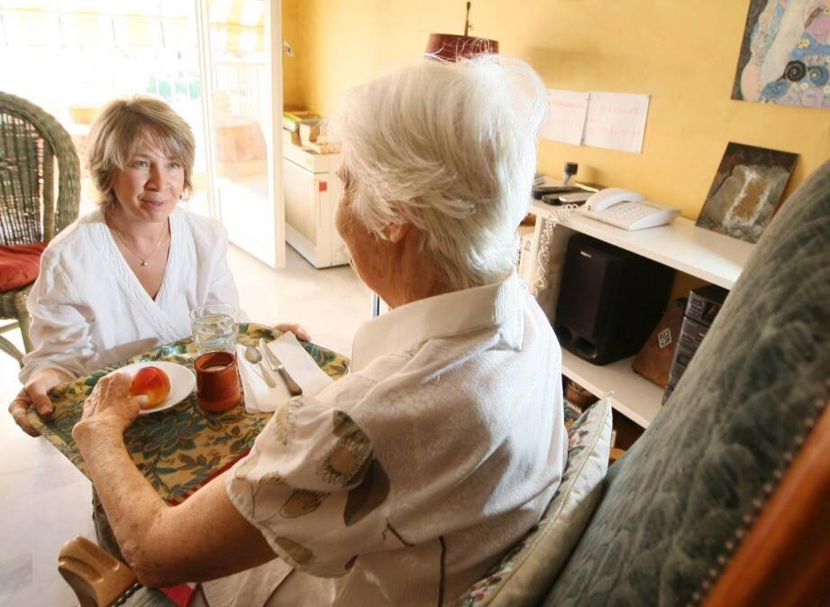 Le personnel aide les personnes dépendantes encore à domicile dans leur quotidien