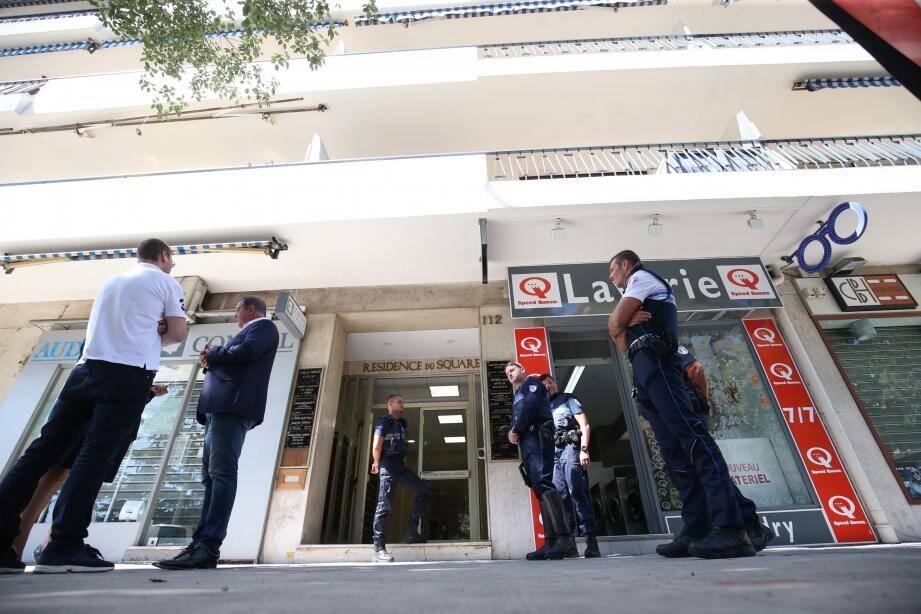 L'entrée de l'immeuble est toujours gardée par les policiers, ce dimanche après-midi.