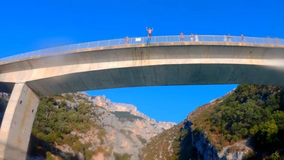 Illustration: saut depuis le pont du Galétas (20 mètres de hauteur). Virgile, lui, a sauté du haut du pont de Sainte-Croix (plus de 30 mètres de hauteur).