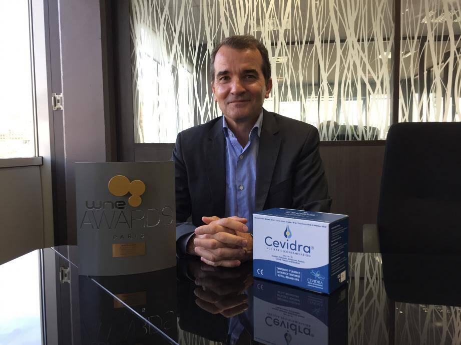 Stéphane Destaing, président du laboratoire Cevidra, fier du trophée décerné par le WNE (World Nuclear Exhibition) en juin dernier. La crème Calixarène Cevidra est le seul dispositif médical breveté dans le monde qui neutralise instantanément la contamination cutanée liée au nucléaire.