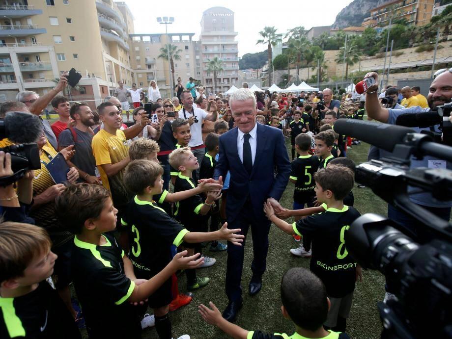 Le sélectionneur des Bleus a été accueillie par une haie d'honneur formée par les petits de l'US Cap-d'Ail et les jeunes du centre de loisirs.