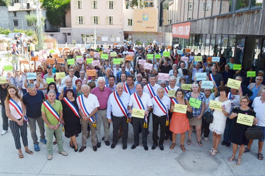 """Ce dimanche matin, élus drapois et du Pays-des-Paillons, population se sont encore mobilisés pour dire """"Non à la prison à Drap""""."""