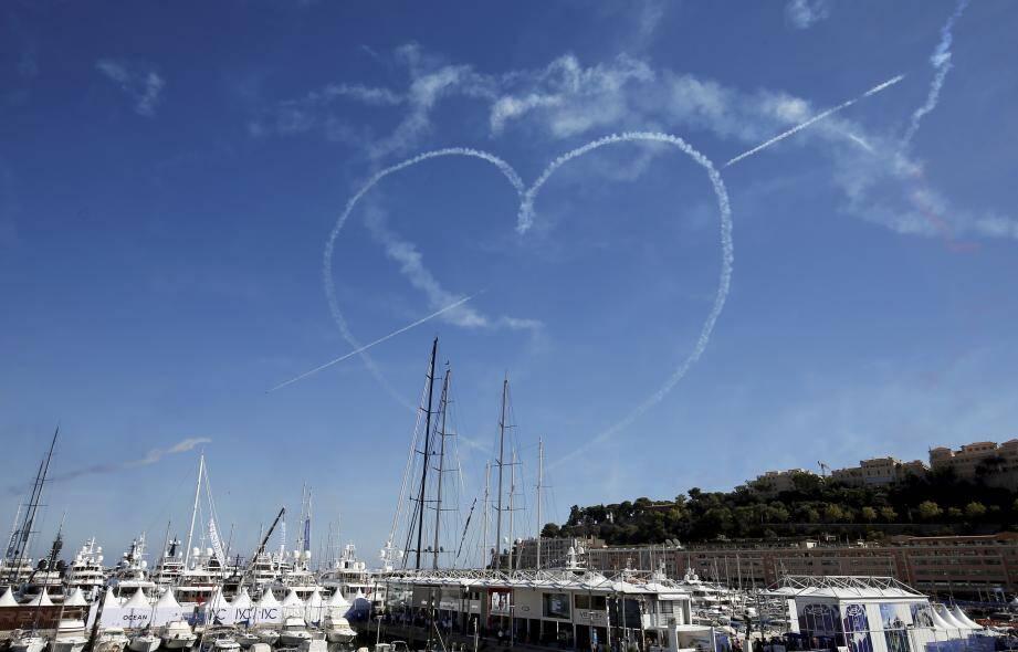Les pilotes de chasse de la Royal Air Force ont même dessiné un coeur barré d'une flèche au dessus du port de Monaco.