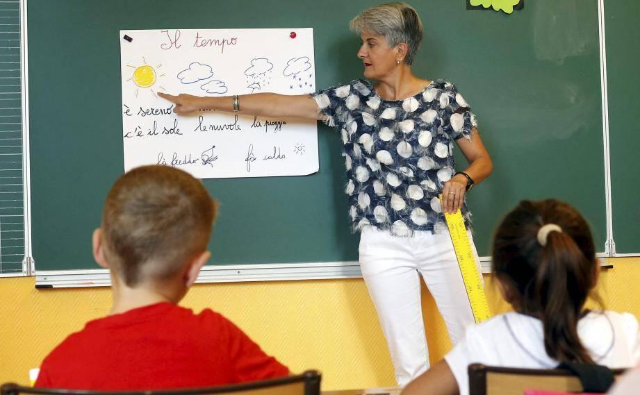 Les élèves répètent à la perfection la météo lue en italien par leur enseignante.