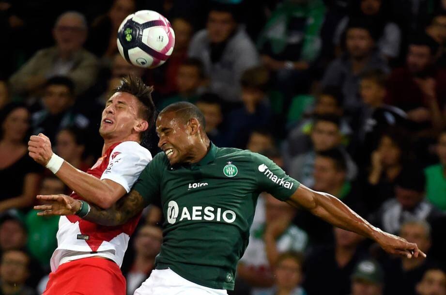 Antonio Barreca (à gauche) et Gabriel Silva lors du match opposant l'AS Monaco à Saint-Etienne, ce vendredi 28 septembre.