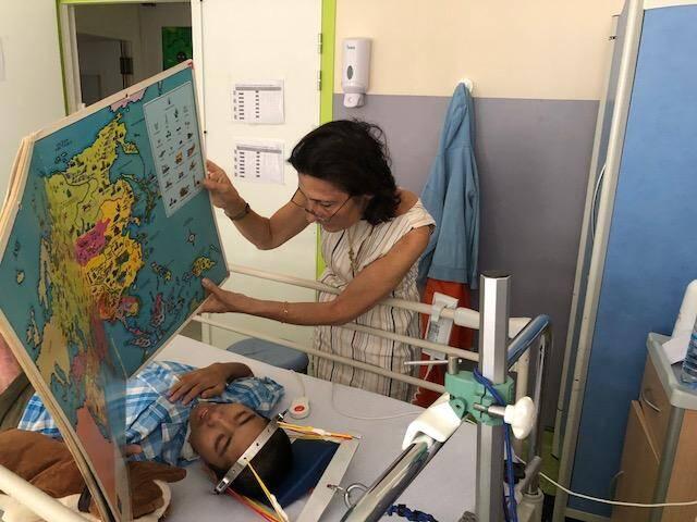 La fondation a notamment soutenu Archum, un jeune Cambodgien souffrant de séquelles d'une brûlure nécessitant plusieurs opérations.