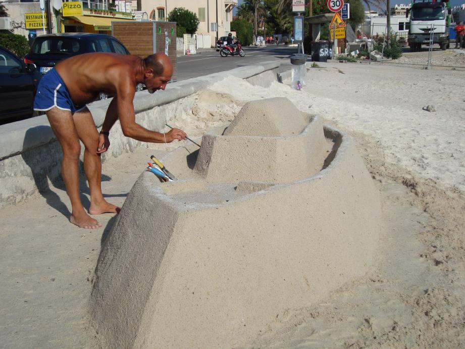 Le paquebot s'échoue sur le sable.