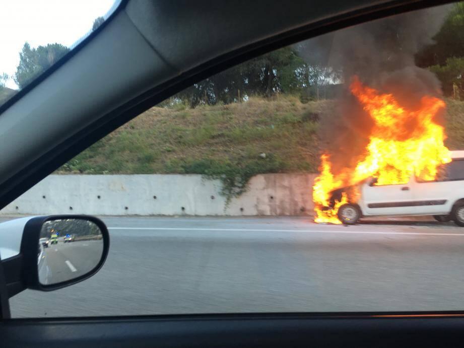 La voiture est immobilisée sur la voie d'arrêt d'urgence après le viaduc de Magnan à Nice.