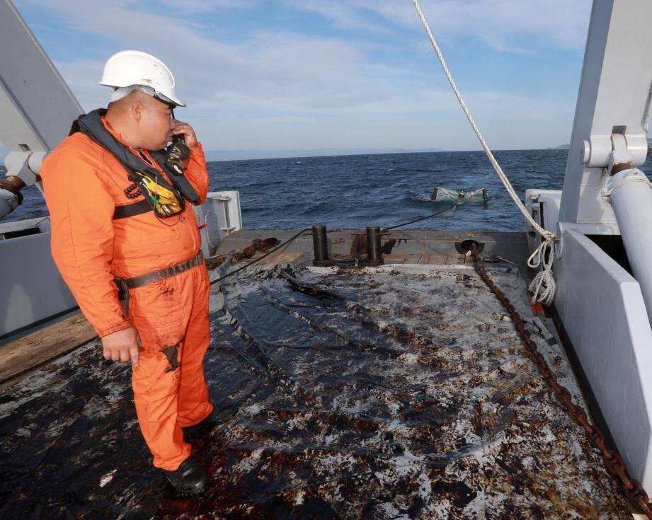 Opération de nettoyage de la pollution aux hydrocarbures au large de Hyères et Porquerolles par la marine nationale
