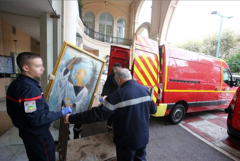 Aprés le passage de la tempête et l'innondation du Musée Cocteau, les oeuvres du musée encore en bonne état ont été déménagé par les pompiers pour les stocker au Palais de L'Europe Déménagement