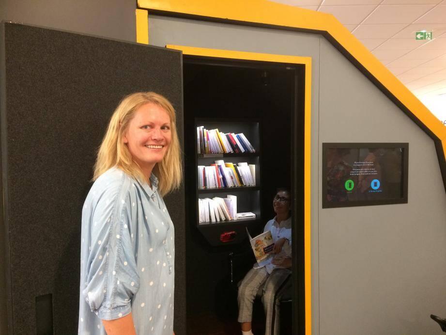 Sibylle Brunot accueille les publics qui viennent tester Livre In Room.