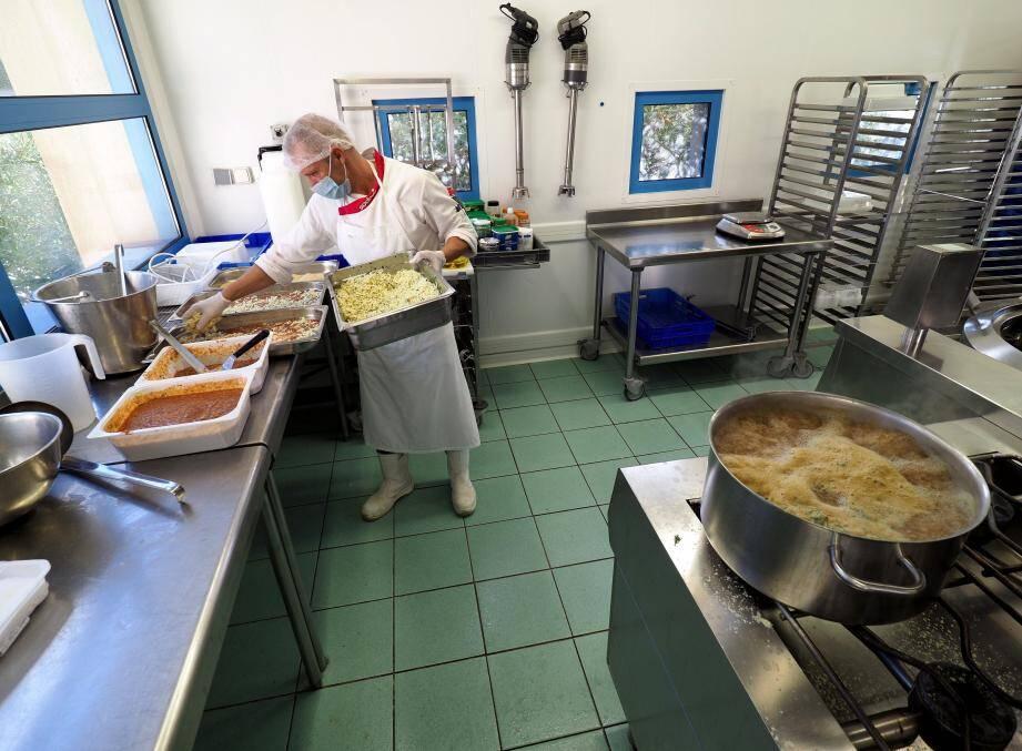À la cuisine centrale de Menton, la sécurité alimentaire est encadrée par des procédures de travail très strictes.