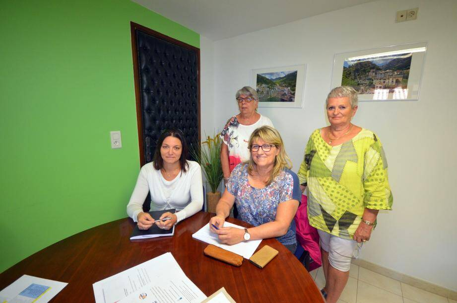 Hélène Roubaudi présente Angeline Scourzic, nouvelle assistante sociale de la vallée. Elles proposent leurs services à Danielle Chabaud, maire de Roquestéron et à son adjointe, Dany Vauchez, responsable des affaires sociales.
