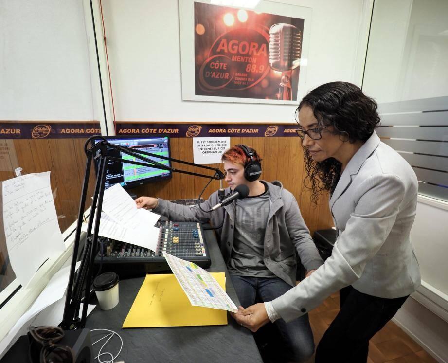 Fathia Merfoud, journaliste et responsable de la rédaction de Menton, et Dorian Caione, animateur des matinales dans les studios de la radio à Menton.