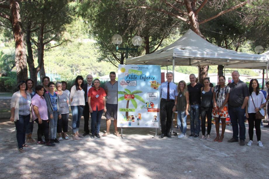 L'équipe du CCAS et son président et maire Gérard Spinelli, avec ses partenaires et les élus.