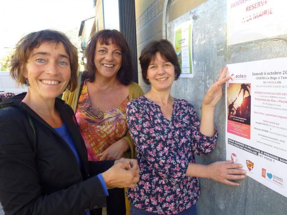 Emilie, Sonia et Annie à l'affichage, cette première rencontre est l'occasion de mieux comprendre et d'être ensemble, solidaires.