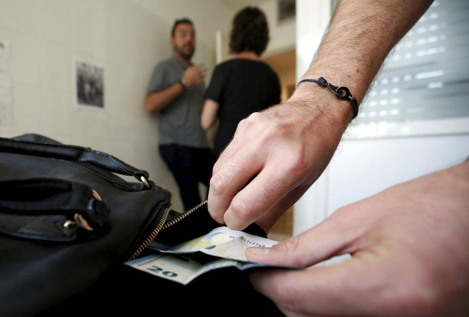 « Il profite de leur inattention pour dérober l'argent. »(Illustration J.-F. Ottonello)