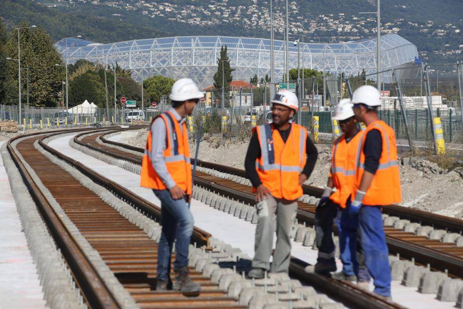 Les rails avancent vers l'Allianz Riviera et le quartier de Saint-Isidore à une cadence d'environ 100 mètres par jour sur ce tronçon aérien de la ligne 3.