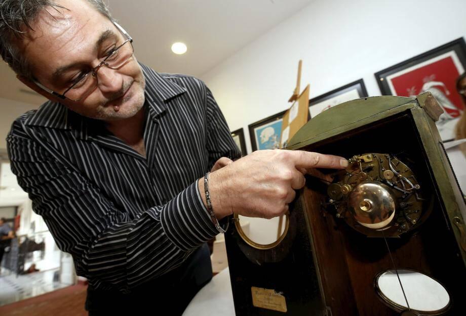 Fabio Cavallaro et l'horloge réparée par son professeur.