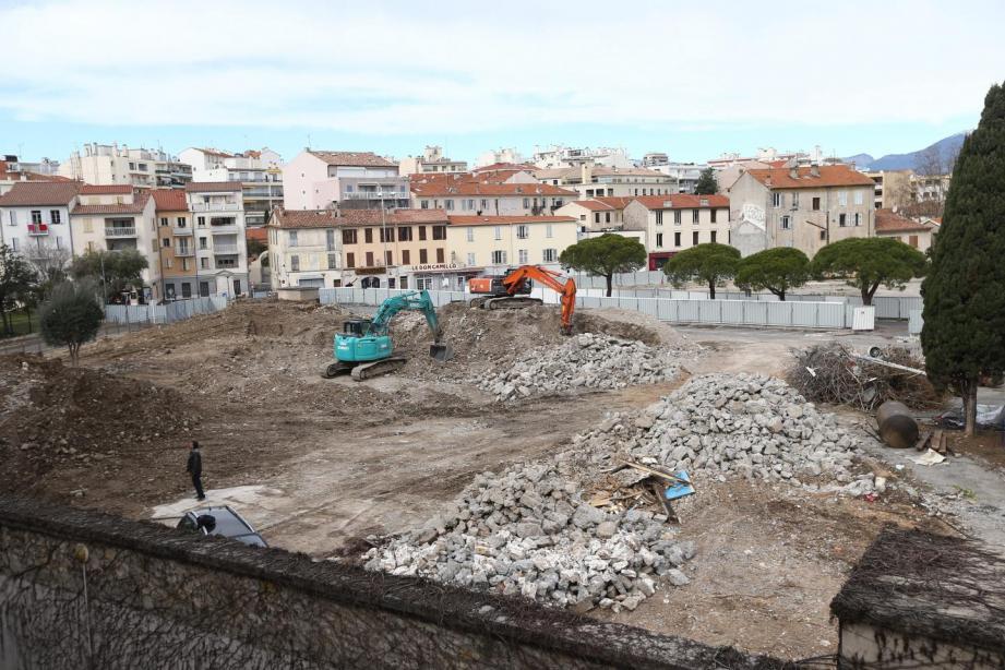 A la fin de l'année 2019, les espaces publics seront livrés. En incrustation ici, le nouveau visage de l'espace de jeux de la place des Martyrs-de-la-Résistance.