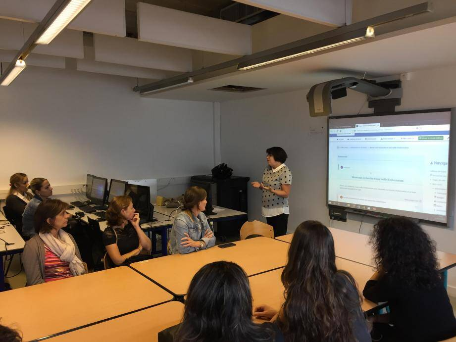 La responsable pédagogique du projet, Sophie Rapetti, présente un module sur l'utilisation des moteurs de recherche, dans les locaux de Saint-Jean-d'Angély. (DR)