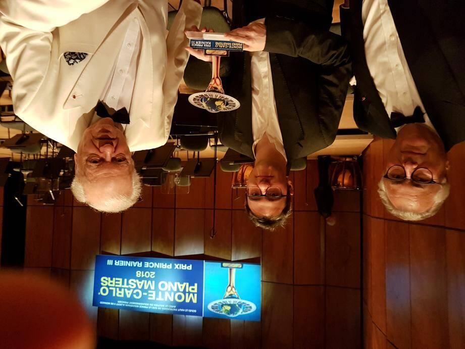 Le vainqueur Alexander Gadjev, entouré de Jean-Marie Fournier, le directeur des Masters et PHilippe Entremont, président du jury. (DR)