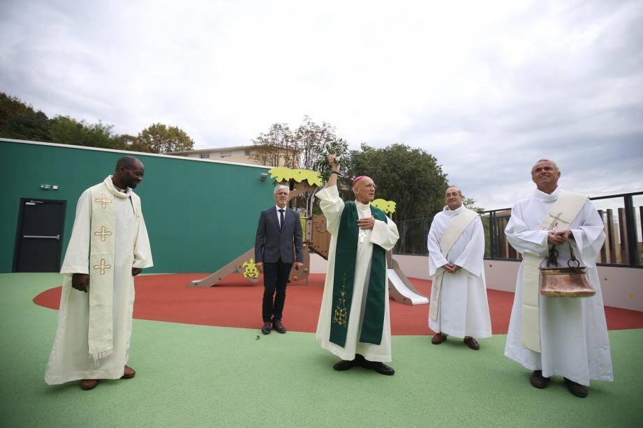 Après les discours, place à la bénédiction du bâtiment par monseigneur André Marceau, évêque de Nice.