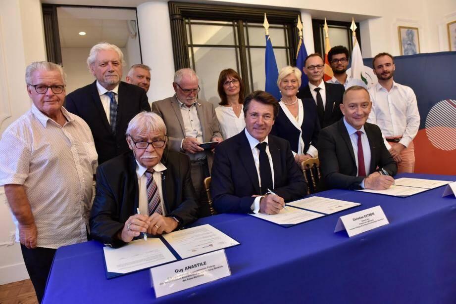 Aux côtés de Christian Estrosi (au centre), Guy Anastile (à gauche) président de l'Union départementale du don du sang et François Toujas (à droite) président de l'EFS lors de la signature de la convention de partenariat sur le don du sang.