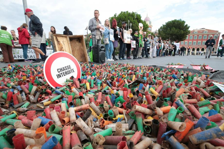 120 kilos de cartouches de fusil ont été collectés par l'association Green en un an et demi, et déversées sur la place Masséna, hier.