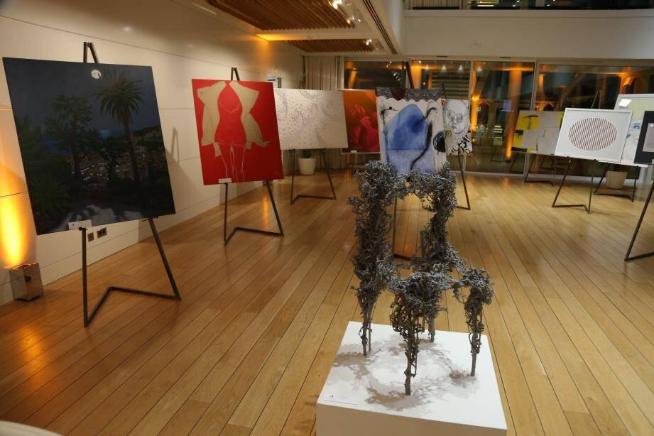 L'aluminium, le tissu, le plexiglas, le papier, l'acier, le caoutchouc et le verre, mis à la disposition des artistes par dix entreprises italiennes d'excellence, ont été utilisés pour réaliser les œuvres d'art.