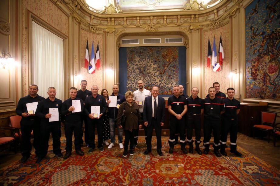 Ce mardi, deux ambulanciers et cinq agents du port de Garavan ont reçu une lettre de félicitations pour « acte de courage et de dévouement », ainsi que la médaille de la Ville.