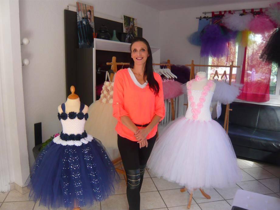Stéphanie Saulig, créatrice de la Fée Tutu, entourée de ses tutus et robes de princesses. Ce week-end, au salon du mariage de Nice, sa robe de mariée «Élisabeth» défilera.