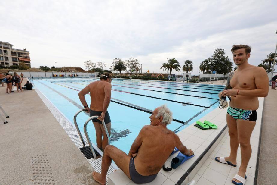 À midi, hier, les premiers baigneurs ont pu découvrir le nouveau bassin de 50 mètres. En incrustation : l'origine de la fuite, montrée par le directeur du stade nautique.