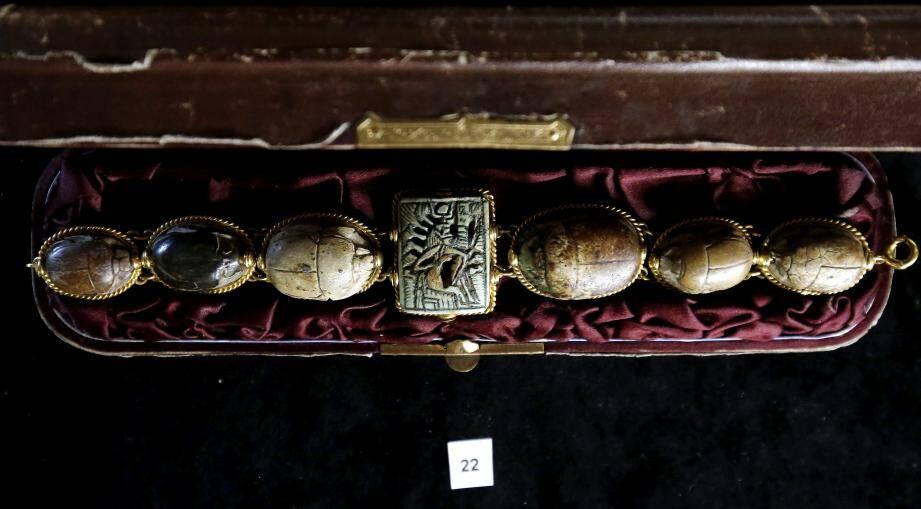Des cercueils, et non sarcophages, car en bois, seront vendus, dont le cercueil comprenant la momie d'un faucon. Un bracelet d'amulettes représentant des scarabées est estimé 6000-8000 euros.