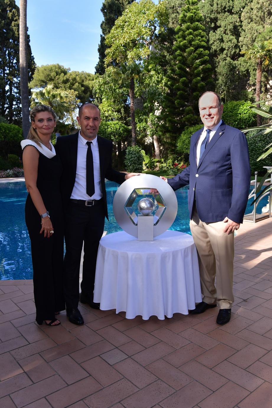 En 2017, le souverain avait reçu l'équipe et le staff de l'ASM au Palais princier pour célébrer le titre de champion de France, et posé avec Leonardo Jardim, son épouse, et le trophée Hexagoal.