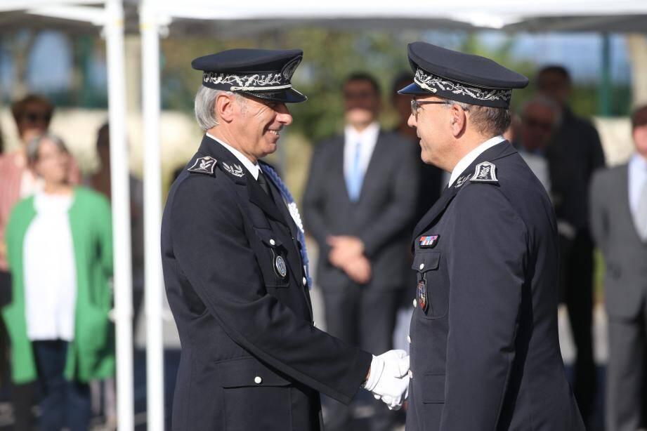 Jean-Robert Robin, à gauche, remercie le directeur départemental de la police, Patrick Mairesse, à droite, après son installation.