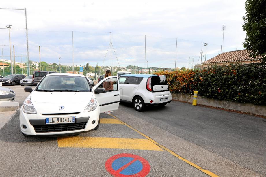 Les riverains du stade du Cros-de-Cagnes se sont plaints du stationnement anarchique les jours d'entraînement.