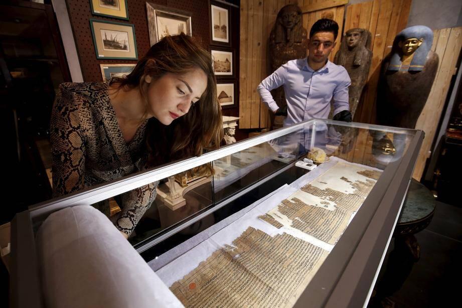 Le Livre des morts, rédigé sur un papyrus long de 17 mètres, est dans un état de conservation correct qui  justifie son prix élevé.