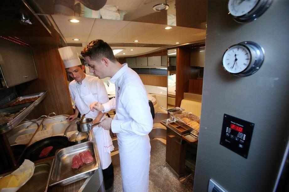 Julien Lucas en prise avec la cuisson d'un canard dans une cabine…