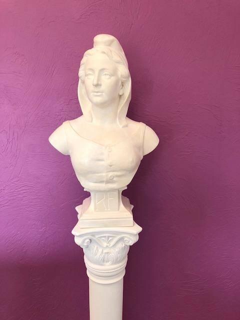 Le buste de Marianne trône, désormais dans la salle du conseil municipal. Un cadeau offert par l'entreprise collose La Stafferie.