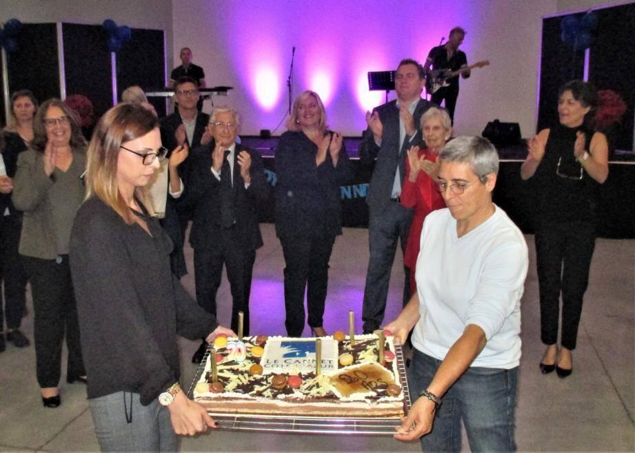 Le gâteau surprise a été présenté au public, en présence de la députée, Michèle Tabarot, et du maire, Yves Pigrenet.