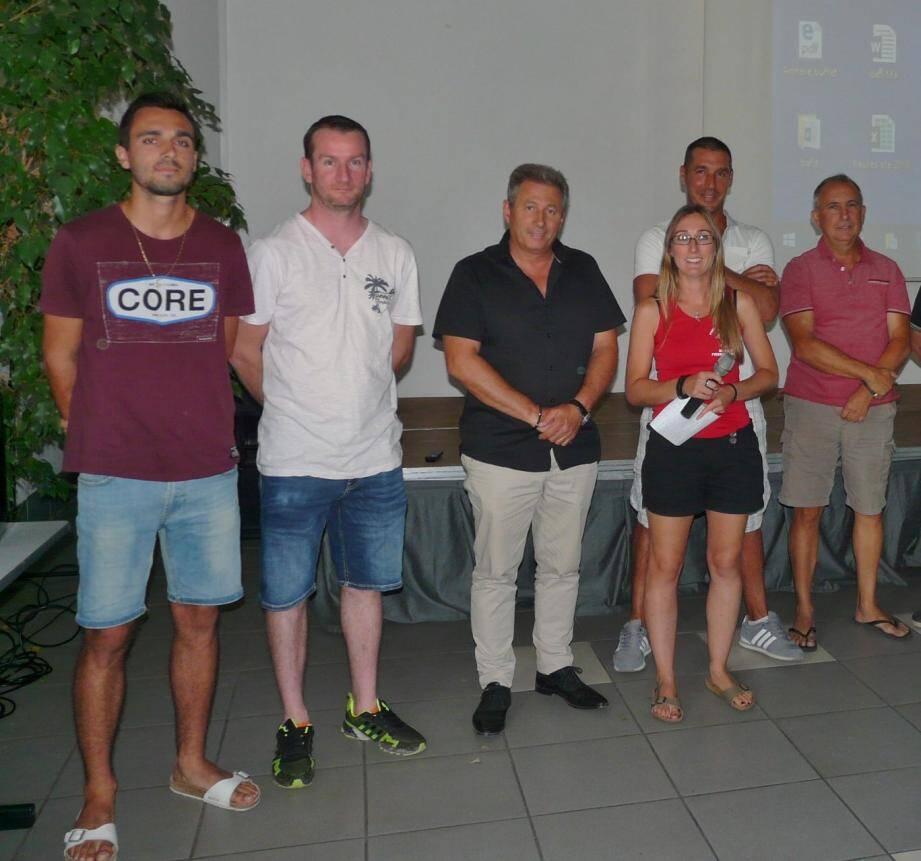 Mélanie, la directrice de l'espace jeunes aux côtés du maire Patrick Martinelli, du conseiller municipal délégué à la jeunesse, Florent Fournier et de son équipe d'animateurs.