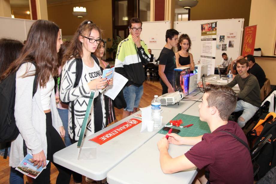 Hier matin, les collégiens et lycéens ont pu rencontrer des professionnels, lesquels ont présenté leurs formations et leurs métiers. Le Salon était également ouvert aux familles, demandeurs d'emploi ou même adultes en reconversion.
