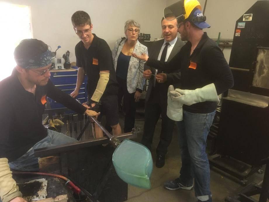 Le député accompagné du maire a fait le tour des artisans biotois.