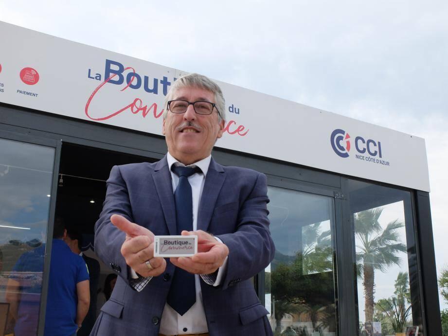 Des étiquettes connectées, qui donnent l'état des stocks en temps réel : c'est ce que tient dans ses mains Philippe Desjardins, président de la Fédération du commerce niçois et de l'artisanat, élu à la CCI Nice Côte d'Azur.