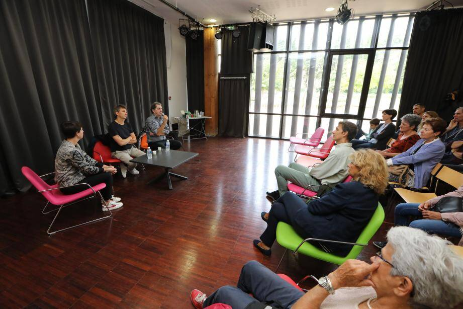 Invités de la médiathèque les deux artistes ont discuté près d'une heure avec le public, ravi de s'entretenir avec l'humoriste.