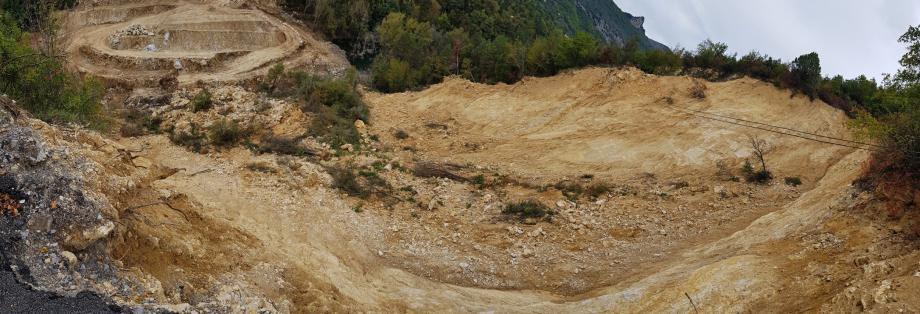 Impressionnant et en avance sur les délais, le chantier sur le barrage naturel au pied de l'effondrement est un combat contre la montre, face aux jours pluvieux et surtout à la menace des crues potentiellement dangereuses pour le centre-bourg de Sospel.