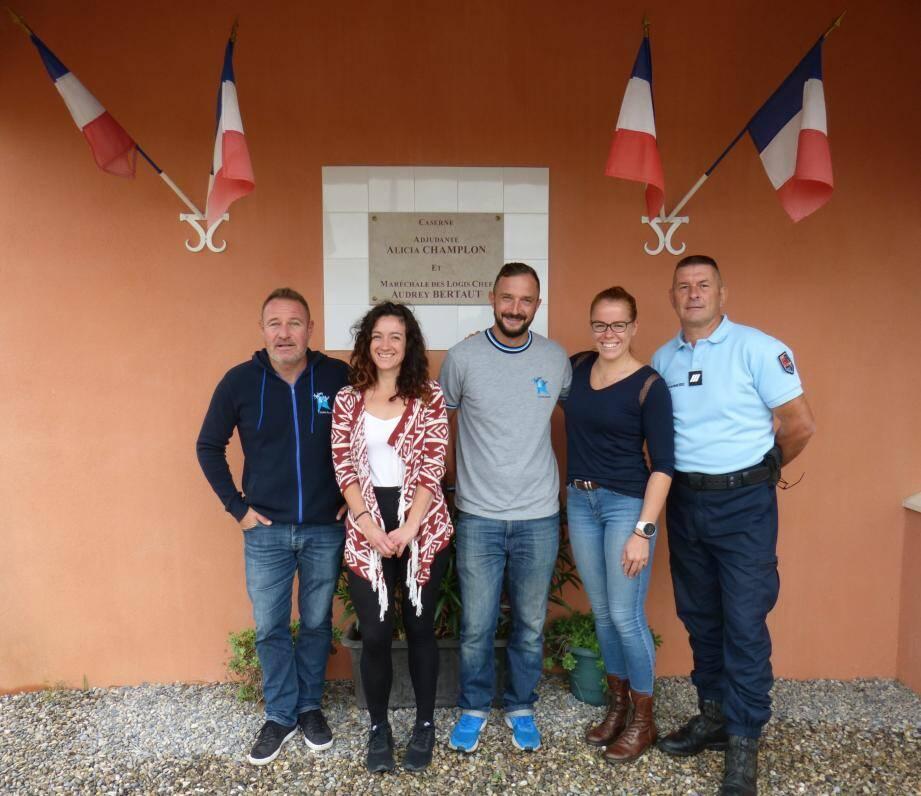 Anaïs et Léa entourées de Gilles Bidaut président des Étoiles Bleues (à g), Laurent Dupeux et Nicolas Moulin, membres de l'association