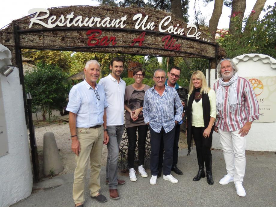 Les généreux donateurs réunis devant l'établissement qui avait organisé un dîner-concert, au profit de l'association Attrap'rêves. Un chèque de 1 200 euros a été remis à la présidente de celle-ci.