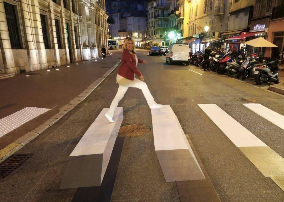 Tout beau tout neuf et franchement original, ce passage piéton - réalisé dans le cadre d'une expérimentation nationale - vient d'être peint derrière l'hôtel de ville de Cannes, rue Félix-Faure.